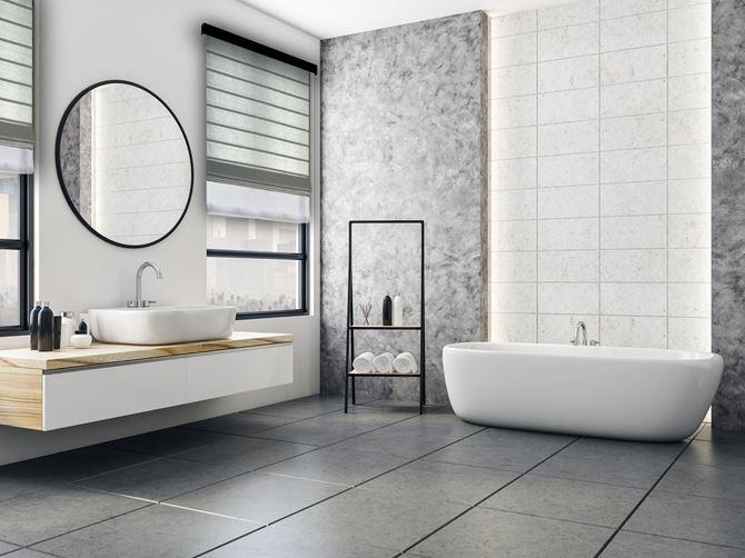 Nowoczesna łazienka z szarą roletą