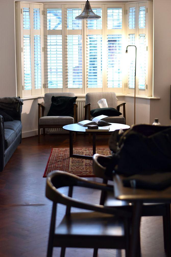 Klasyczny salon z białymi okiennicami