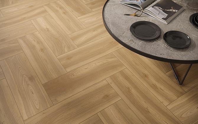 Podłoga z uniwersalną płytą z wzorem drewna
