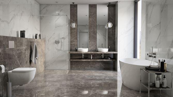 Aranżacja dużej łazienki w marmurowych płytach