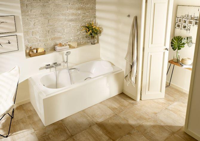 Jasna łazienka z wanną prostokątną