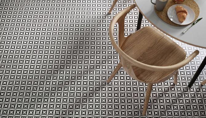 Detal patchworkowej płytki w kuchni