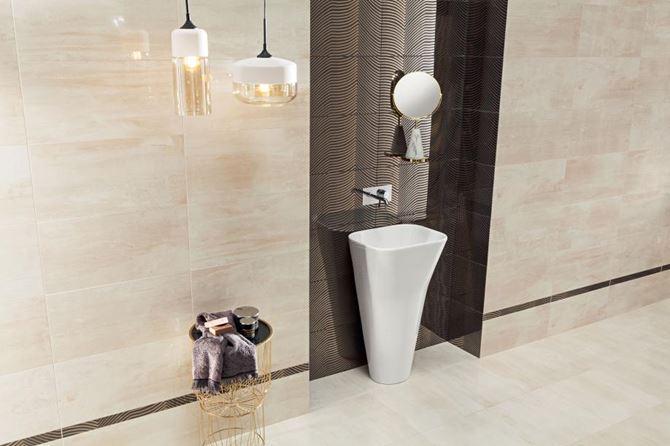 Beżowa łazienka z dekoracyjną wnęką na umywalkę