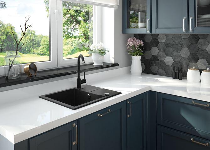 Czarny zlewozmywak granitowy w nowoczesnej kuchni z oknem