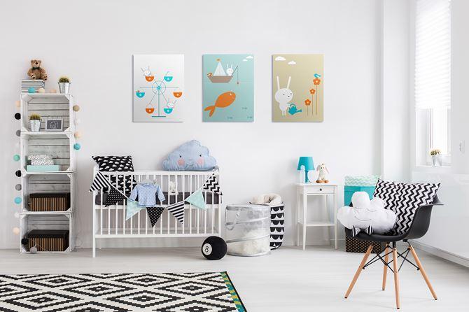 Czarno-biały pokoik dla maluszka z plakatami od Pixers
