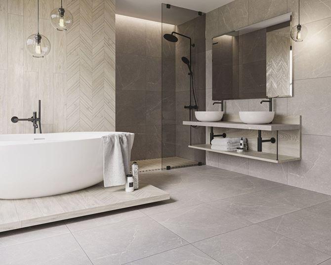 Jasna łazienka z podłogą i ścianą z wzorem marmuru