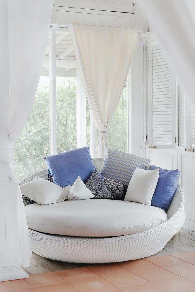 Białe okno z shuttersami