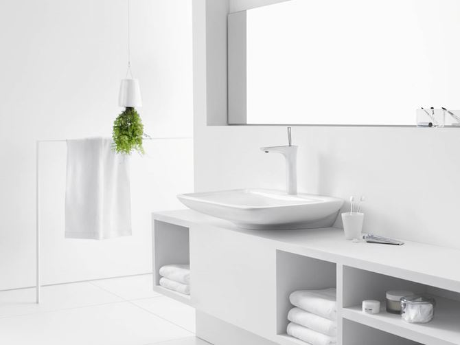 Aranżacja białej łazienki z nowoczesną baterią
