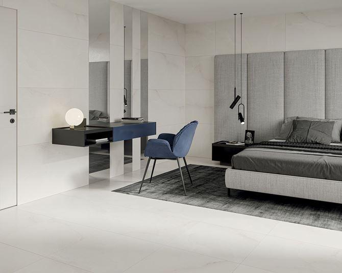 Aranżacja nowoczesnej sypialni w z białymi płytkami z wzorem kamienia
