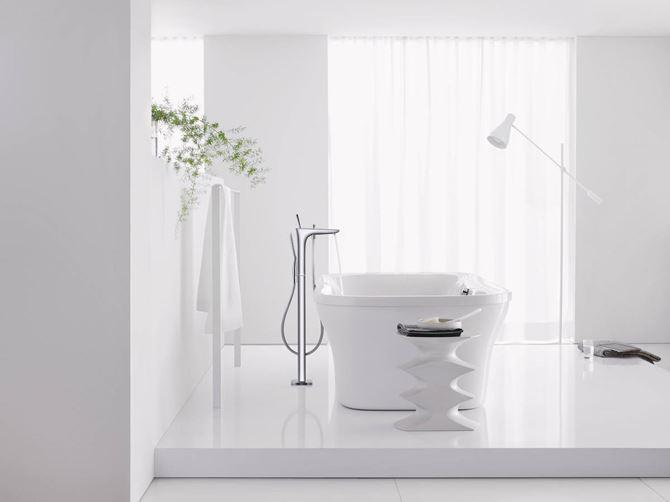 Aranżacja nowoczesnej łazienki w bieli z wanną wolnostojącą