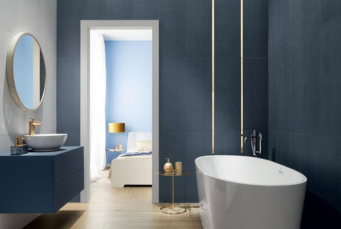 Niebieska łazienka ze złotymi dodatkami - Tubądzin House of Tones