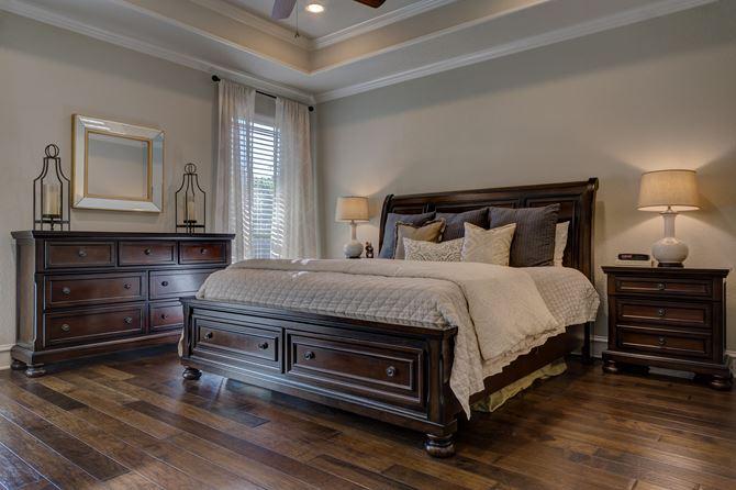 Klasyczna sypialnia z brązowymi meblami