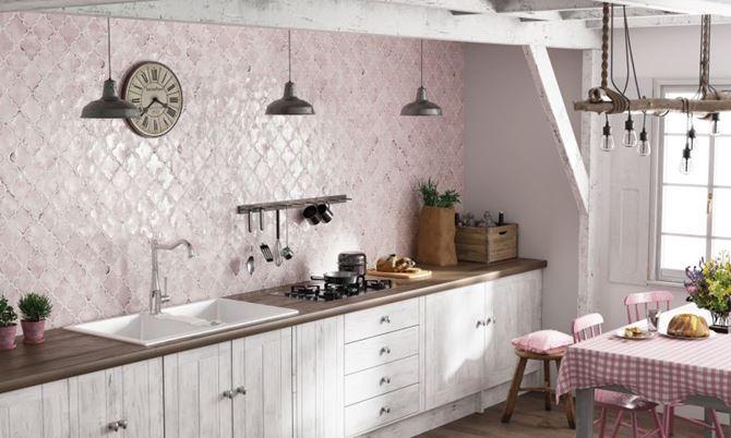Jasna kuchnia w beżu i bieli w stylu vintage