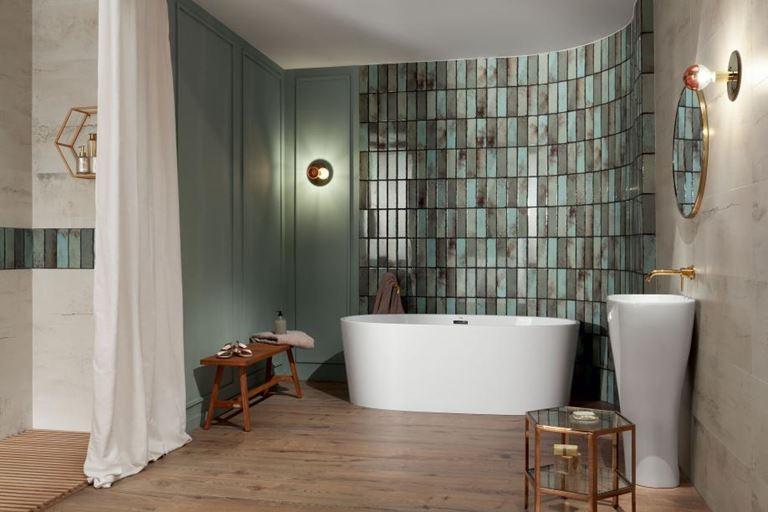 Zielono-beżowa łazienka z cegiełkową ścianą