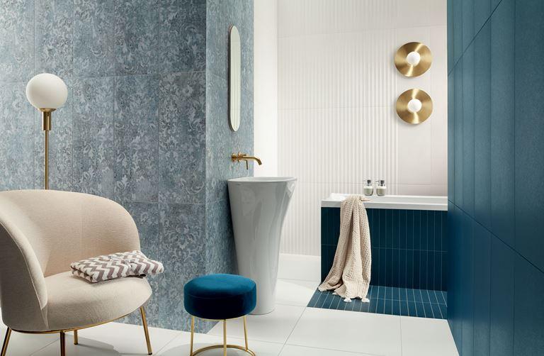 Niebieska łazienka z ornamentową ścianą
