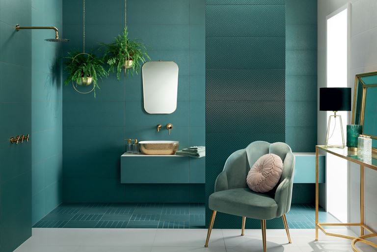 Zielona łazienka z połyskliwymi dekorami
