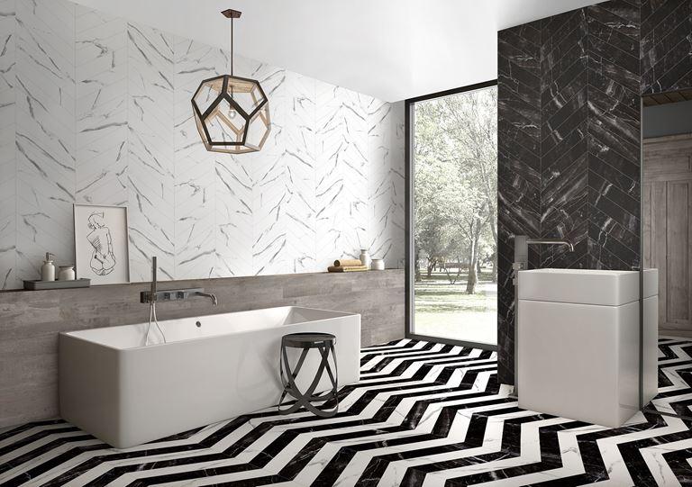 Przestronna łazienka w marmurowej jodełce