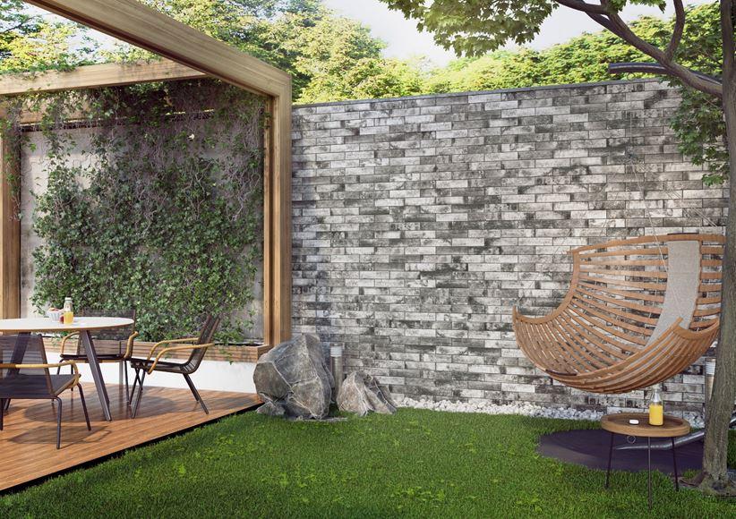 Nowoczesny taras z ogrodem i klinkierowa ściana