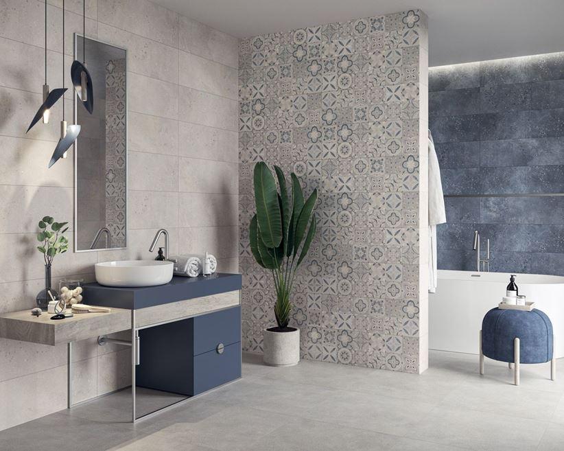 Szaro-niebieska łazienka z patchworkową ścianą