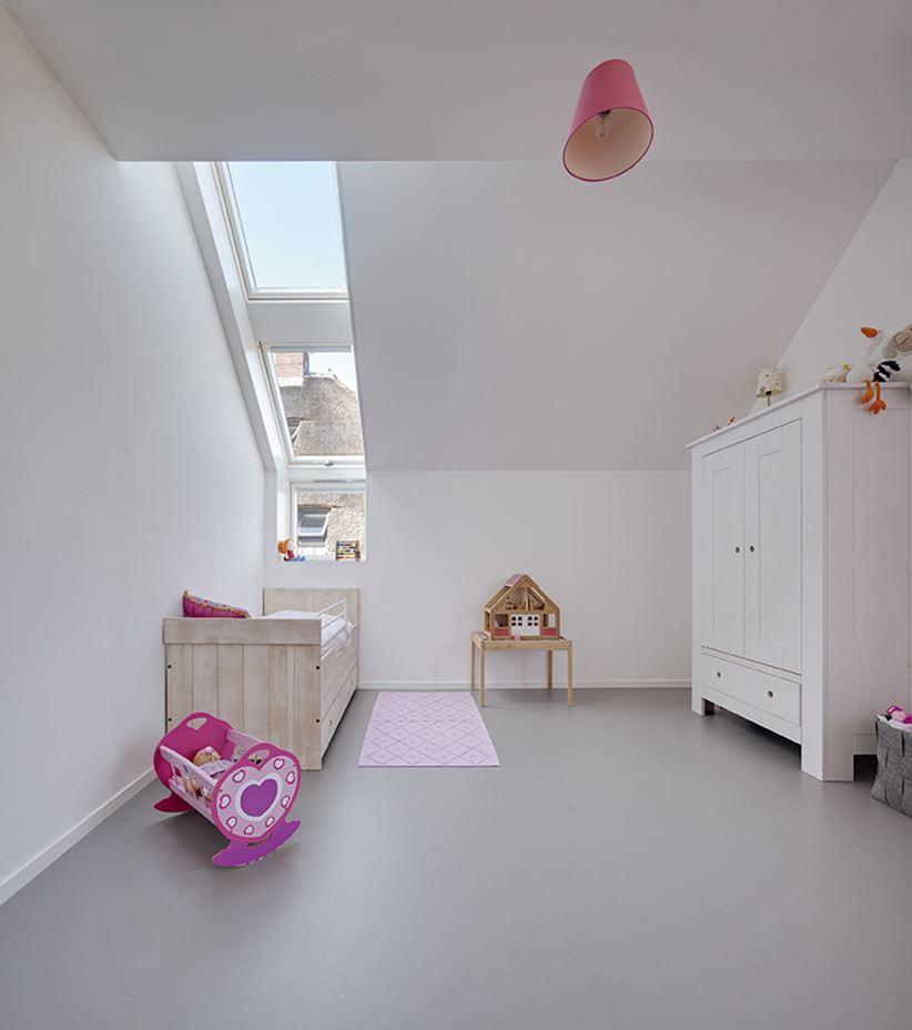 Okna Fakro w dziecięcym pokoiku na poddaszu