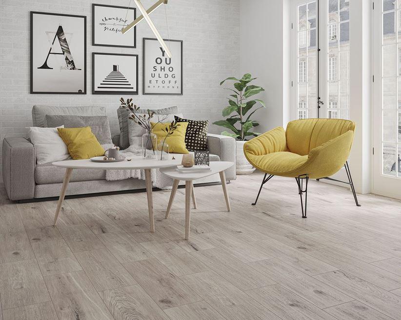 Jasny salon z cegiełką i drewnem