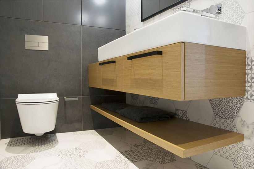 Łazienka z płytkami heksagonalnymi
