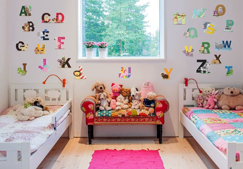 Kolorowy Alfabet od Pixers to świetny sposób na dekorację ścian w pokoju rodzeństwa