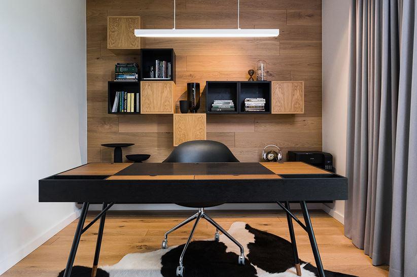 Domowe biuro w drewnie z czarnymi akcentami