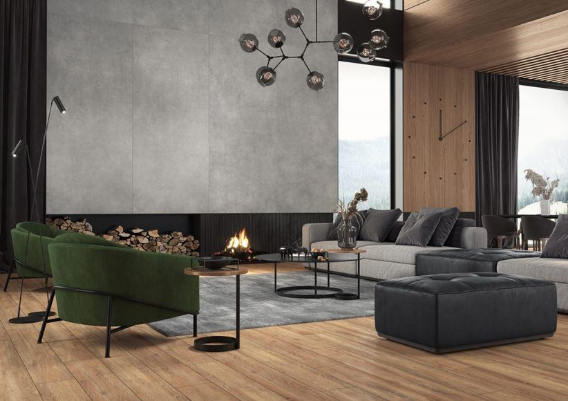 Drewno i szary beton w przestronnym salonie z kominkiem