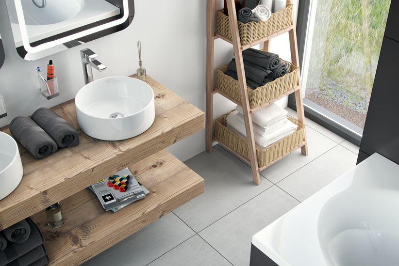 Łazienka z drewnem i białą ceramiką umywalkową Excellent Ovia