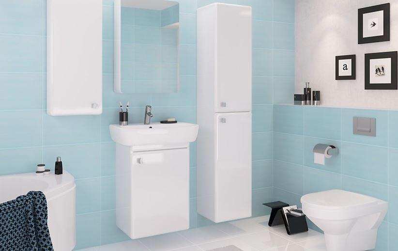 Klasyczna biała łazienka z błękitem