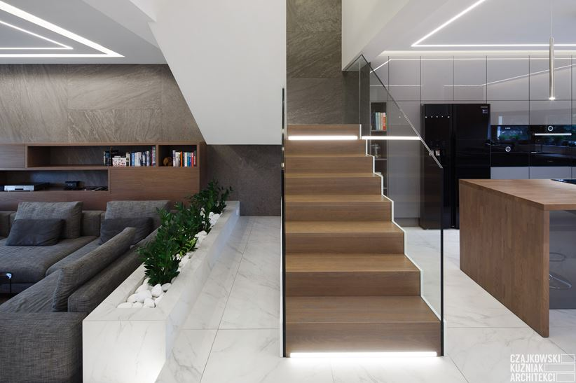 Nowoczesne schody w drewnie ze szkłem