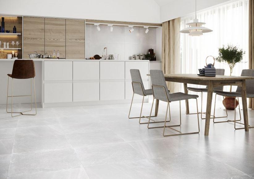 Jasna kuchnia z elementami drewna i kamienną podłogą