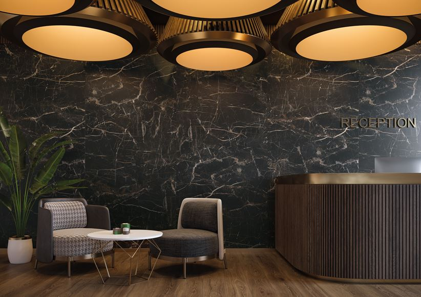 Recepcja hotelowa w stylu glamour z czarnym marmurem