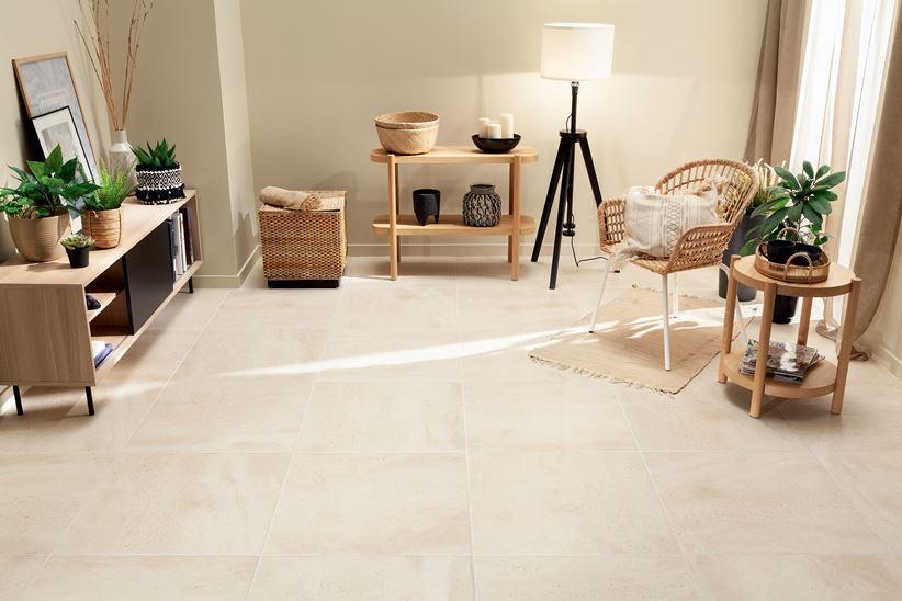 Słoneczny salon z gresową podłogą