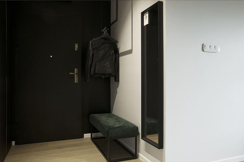 Czarno-biała strefa wejściowa w mieszkaniu
