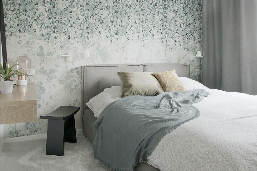 Sypialnia z romantyczną tapetą w liście