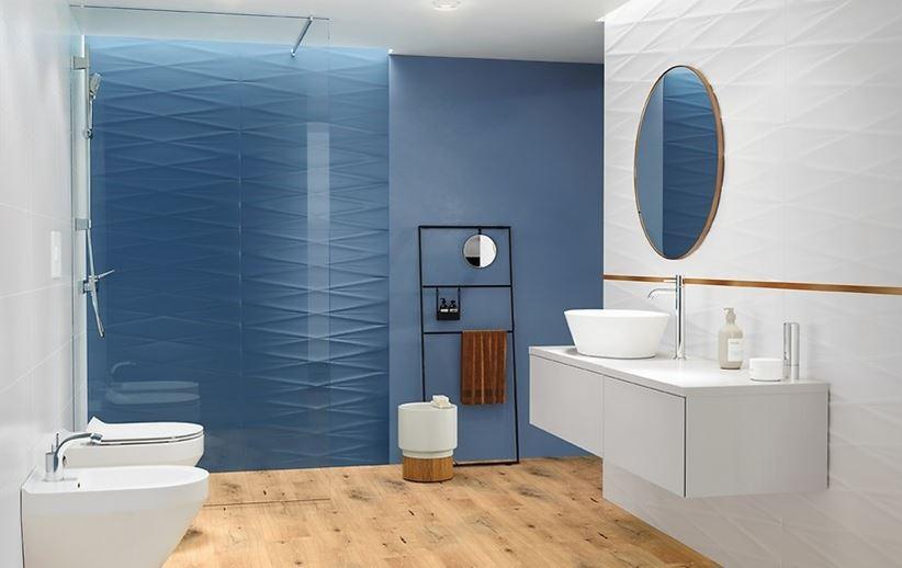 Biało-niebieska łazienka z płytkami strukturalnymi