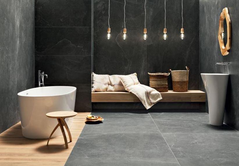 Łazienka w szary kamieniu z domieszką drewna