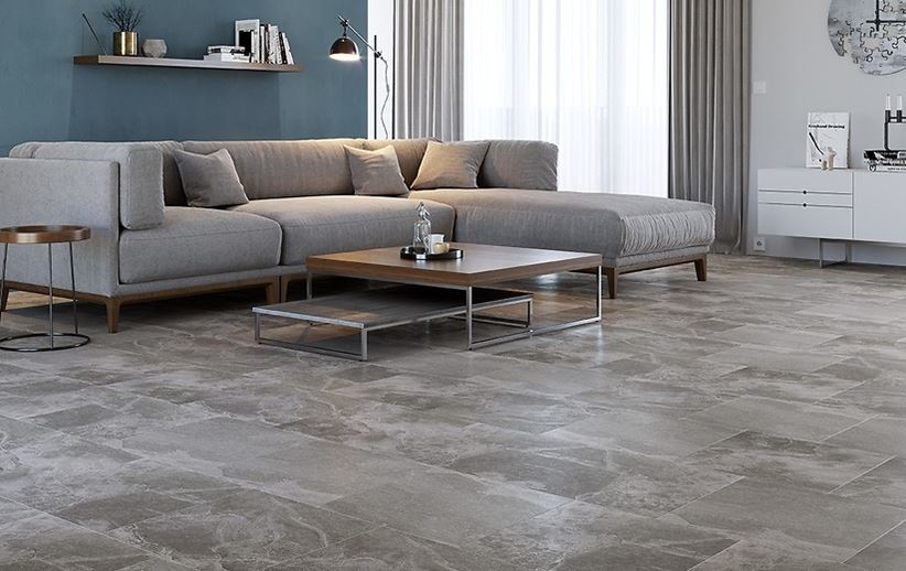 Klasyczny salon z szarą kamienną podłogą