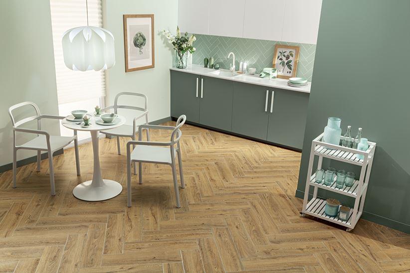 Zielona kuchnia z drewnianą podłogą