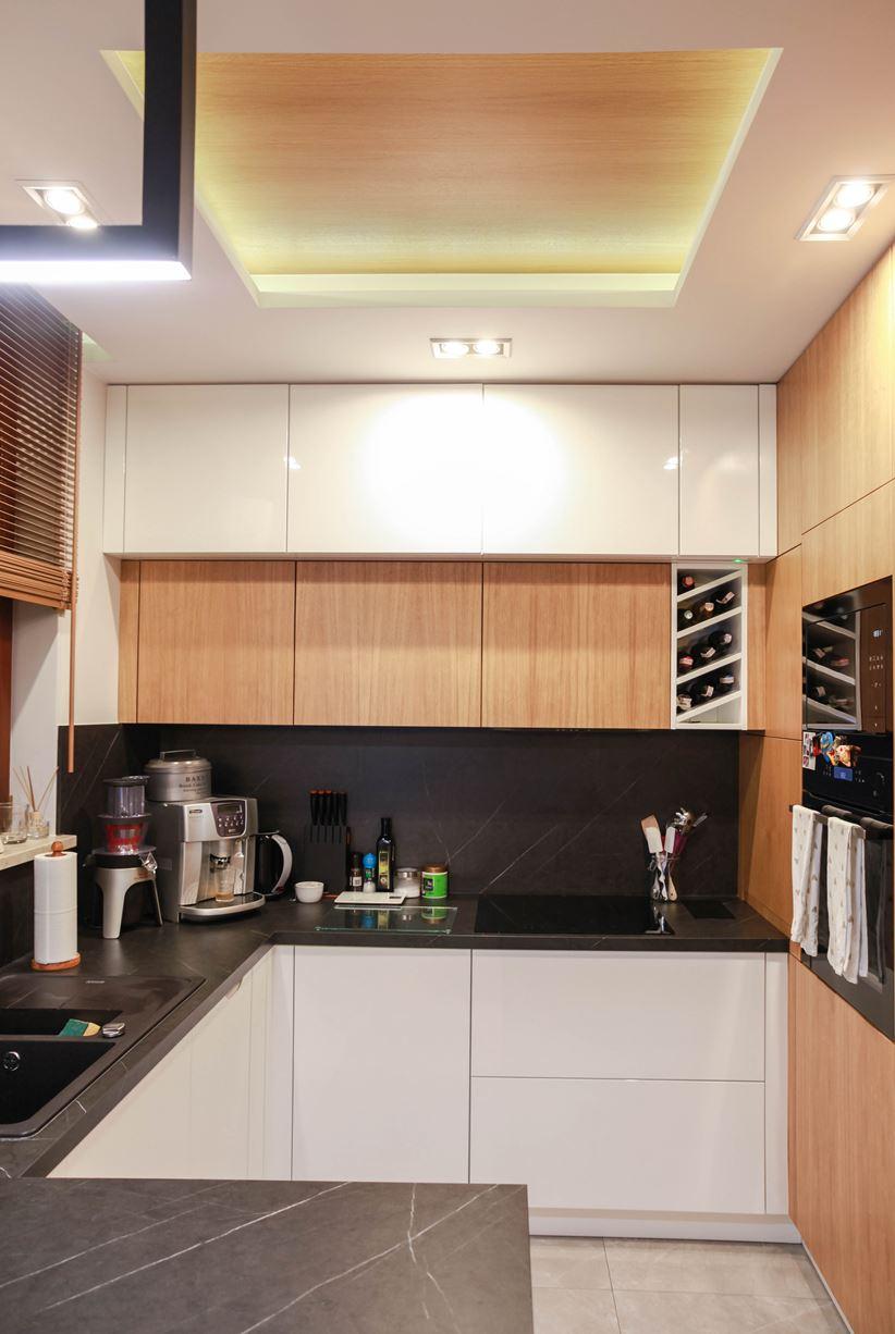 Czerń, biel i drewno w nowoczesnej zabudowie kuchennej