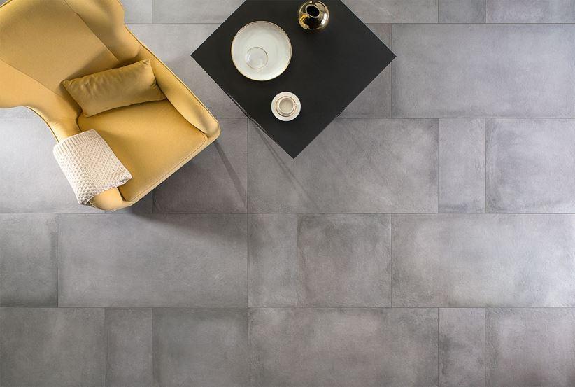 Podłoga w salonie z betonowymi płytkami