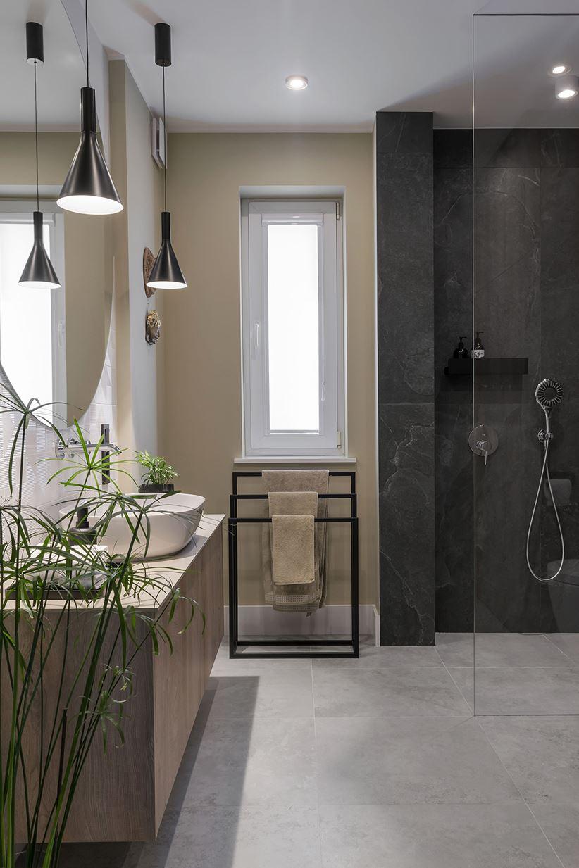Kremowo-szara łazienka