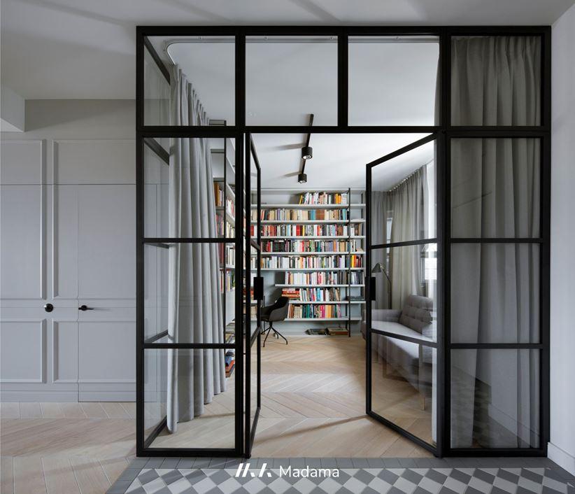 Szklane wrota prywatnej biblioteki - Madama