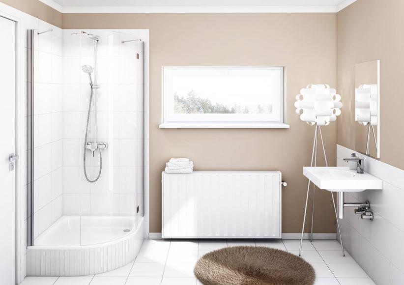 Aranżacja biało-beżowej łazienki z oknem Schedpol Grawello