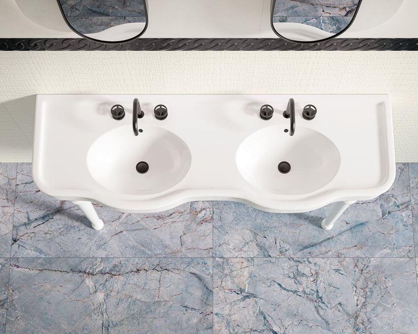 Biała łazienka w strukturze z marmurową podłogą