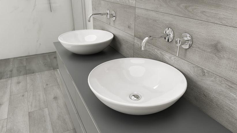 Łazienka w drewnie z umywalkami nablatowymi CeraStyle Zero