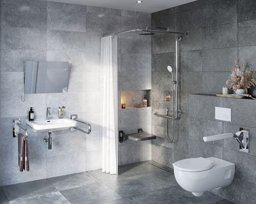 Aranżacja szarej łazienki z udogodnieniami dla osób niepełnosprawnych