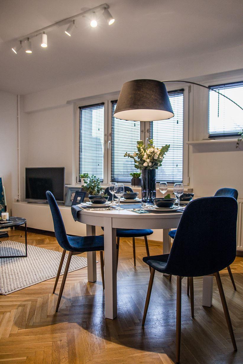 Biały stół jadalny i granatowe krzesła